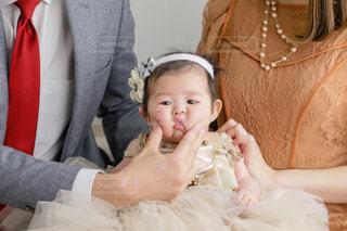 赤ん坊を抱いている人の写真・画像素材[2823093]