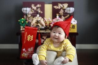 テーブルの上に座っている小さな子供の写真・画像素材[2991670]