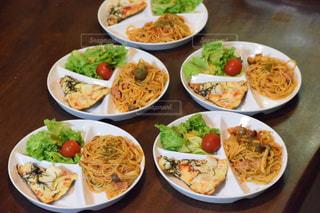 テーブルの上に食べ物の種類で満たされたボウル - No.781664