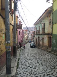車で狭い街は建物の脇に駐車の写真・画像素材[802256]