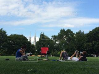 フィールドに座っている人々 のグループの写真・画像素材[1628951]