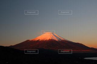 背景の山と夕日の写真・画像素材[801577]