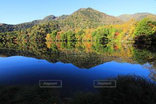 背景の山と水の体の表示の写真・画像素材[873700]