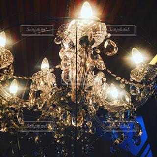 夜ライトアップされたクリスマス ツリーの写真・画像素材[889254]