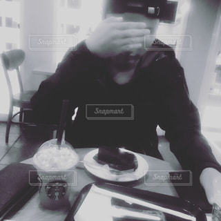 カメラにポーズを鏡の前で座っている男 - No.814203