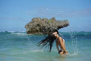 綺麗な水しぶきとサマーガールの写真・画像素材[901197]