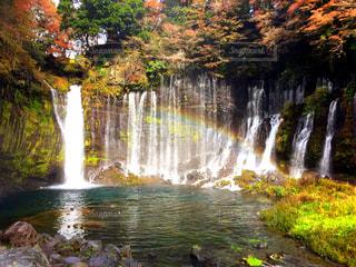 水の体の上の大きな滝の写真・画像素材[767427]
