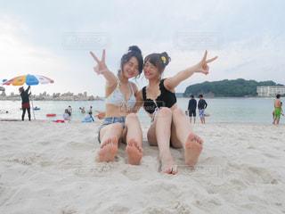 砂浜で座っている女性の写真・画像素材[754985]