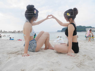 砂浜で座っている女性の写真・画像素材[782500]