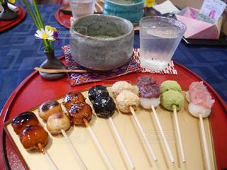 テーブルの上に食べ物のプレートの写真・画像素材[870598]