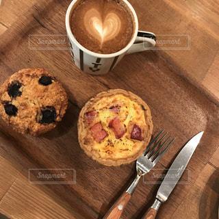 木製まな板の上のコーヒー カップ - No.931335