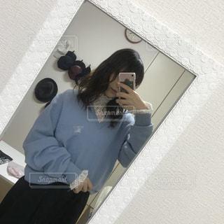 カメラにポーズ鏡の前に立っている女性の写真・画像素材[1111794]