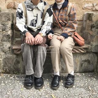 石のベンチに座っている男の写真・画像素材[1111800]
