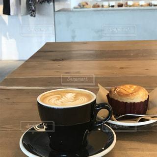 テーブルの上のコーヒー カップ - No.1149273