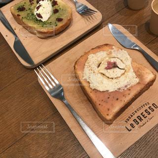 テーブルの上のケーキと木製のまな板 - No.1149276