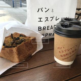 テーブルの上のコーヒー カップ - No.1149279