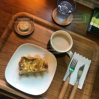 テーブルの上に食べ物のプレート - No.1181796