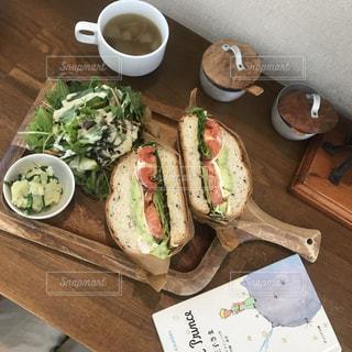木製のテーブルの上に座ってサンドイッチの写真・画像素材[1181798]