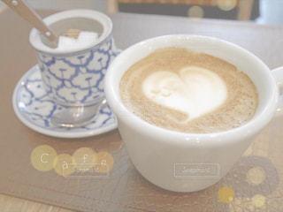 テーブルの上のコーヒー カップの写真・画像素材[1414813]
