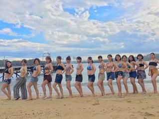 カメラにポーズ ビーチの人々 のグループの写真・画像素材[1428416]