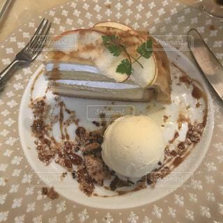 皿の上のケーキの一部の写真・画像素材[1467089]