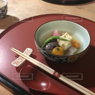 板の上に食べ物のボウルの写真・画像素材[1467101]