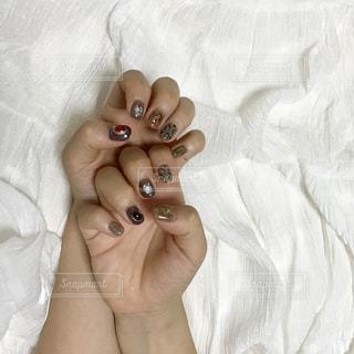 ベッドの上で横になっている人の写真・画像素材[1522985]