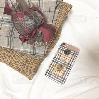 ベッドの上に座っているバッグの写真・画像素材[1633213]