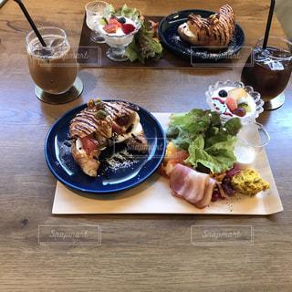 テーブルの上に食べ物のプレートの写真・画像素材[1642713]