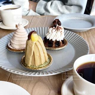3種のモンブランとコーヒーの写真・画像素材[4322803]