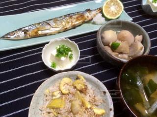 テーブルの上に食べ物のプレートの写真・画像素材[800406]