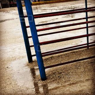 雨の日の校庭を横切るの写真・画像素材[821902]