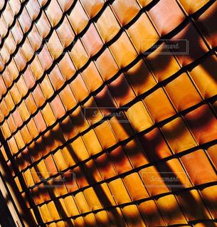 近くにオレンジ色の建物の - No.871972