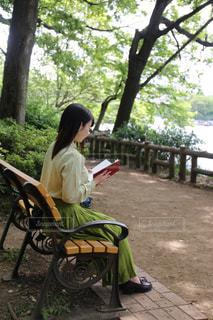 公園のベンチに座っている男 - No.753498