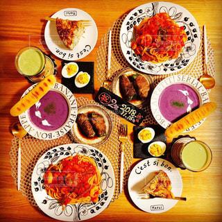 木製のテーブル、板の上に食べ物のプレートをトッピングの写真・画像素材[1675412]