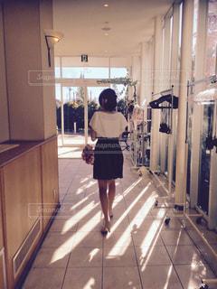 部屋に立っている人の写真・画像素材[865607]