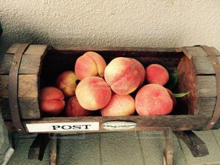 木製の表面上に座って赤リンゴの写真・画像素材[902004]