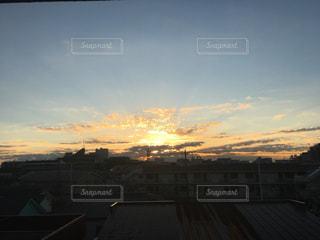 夕暮れ時の都市の景色の写真・画像素材[958826]