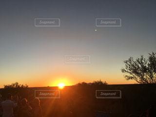 背景にオレンジ色の夕日の写真・画像素材[958832]