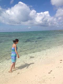 女性,海,夏,ワンピース,ビーチ,砂浜,波,沖縄,旅行,夏休み,夏服