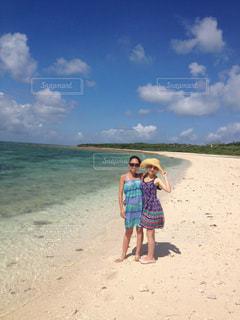女性,2人,海,夏,ワンピース,サングラス,ビーチ,砂浜,波,沖縄,旅行,夏休み,夏服