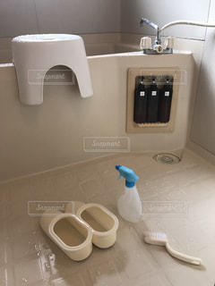 青空の下で座っている白い洗面台付きバスルームの写真・画像素材[795347]