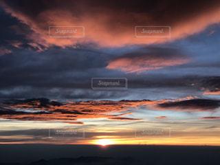 夕焼け空に浮かぶ雲の写真・画像素材[795775]