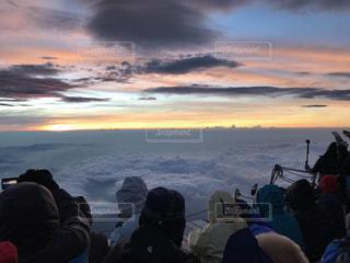 雪の中に立っている人々 のグループの写真・画像素材[795786]
