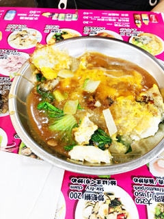 板の上に食べ物のボウルの写真・画像素材[862105]