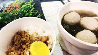 テーブルの上に食べ物のボウルの写真・画像素材[862162]