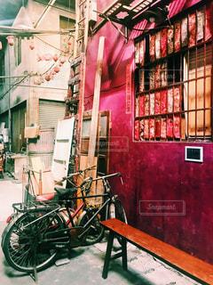 建物の前に停まっている自転車の写真・画像素材[926466]
