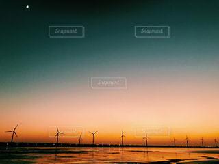 水の体に沈む夕日の写真・画像素材[926471]