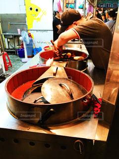 ストーブの上の食糧の調理人の写真・画像素材[926487]