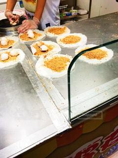食品を準備する台所のカウンターに座っている女性の写真・画像素材[926515]